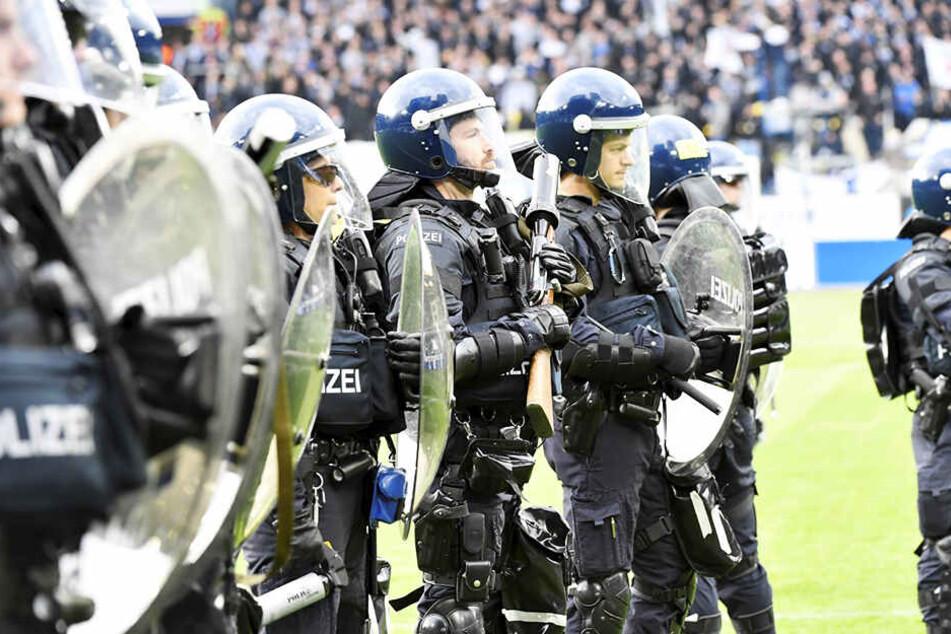 Schwer gepanzerte Polizisten waren im Einsatz, um eine Eskalation zu verhindern.