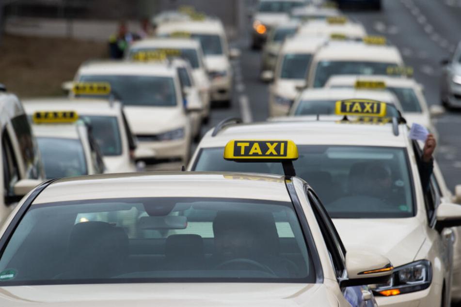 Mit einem Korso wollen die Taxifahrer in Hamburg zur SPD-Zentrale fahren.