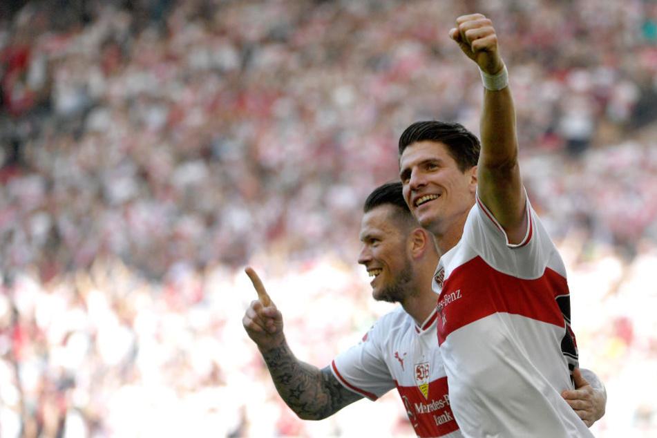Stuttgarts Mario Gomez (r.) und Daniel Ginczek jubeln nach ihrem Erfolg gegen Hoffenheim.