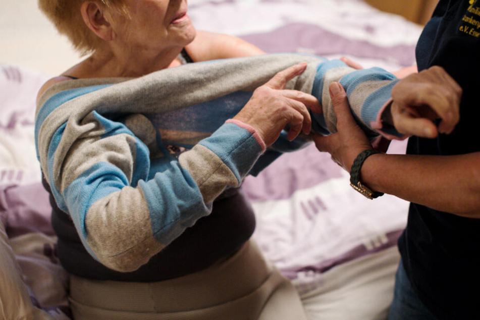 Bei Senioren ist es mit der körperlichen Pflege alleine nicht getan. Auch Suchterkrankungen gehören zum Alltag. (Symbolbild)