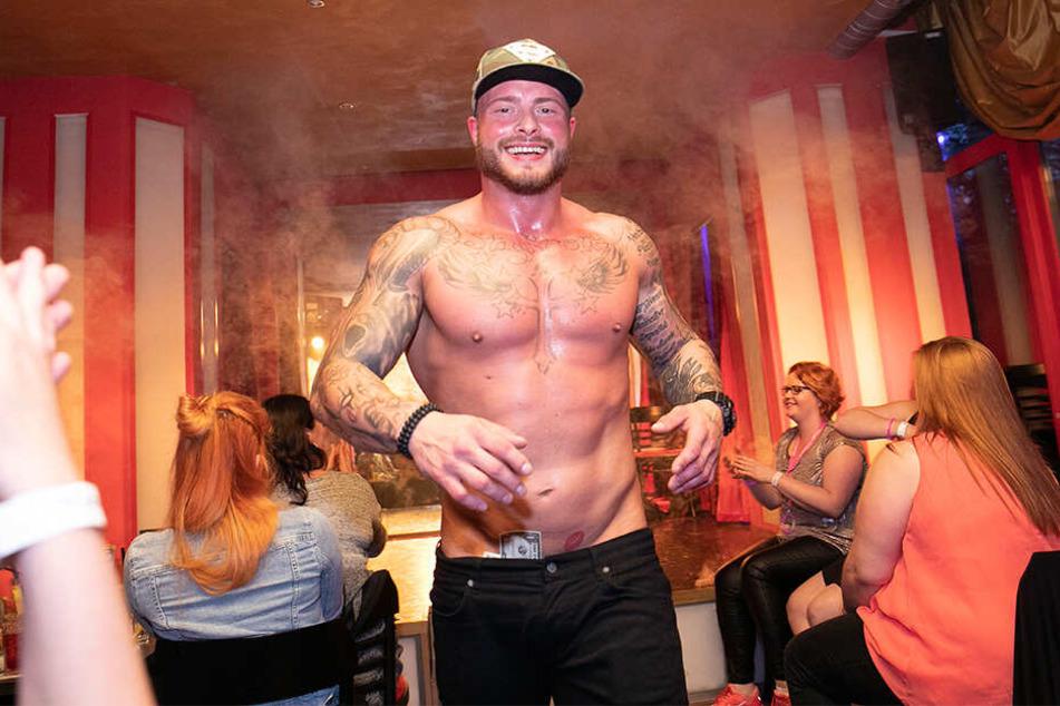 Auf ihn fahren die Ladys in der Stripbar mächtig ab: Wie zum Beweis hat der Muskelmann ein paar Scheine im Schlüpfer ...