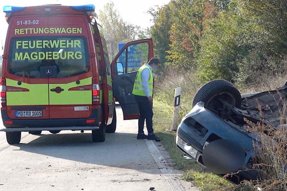 Skoda wird von Mercedes von Autobahn gerammt und überschlägt sich