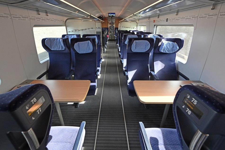 Leere Sitze in einem ICE-4-Zug.