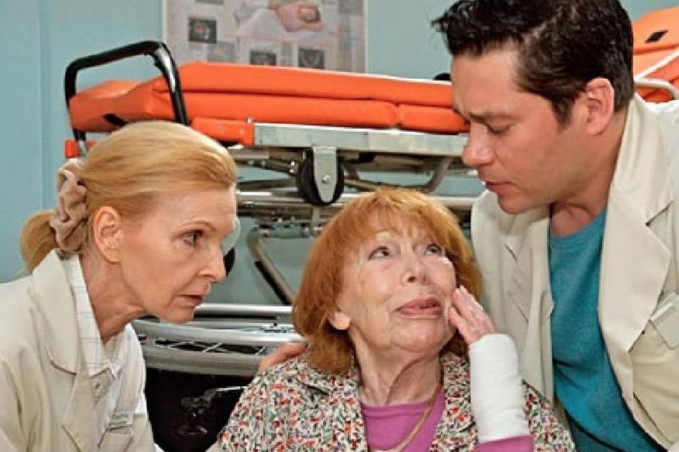 Oberschwester Ingrid und Dr. Brentano finden heraus, welches Geheimnis Gertrude verbirgt.