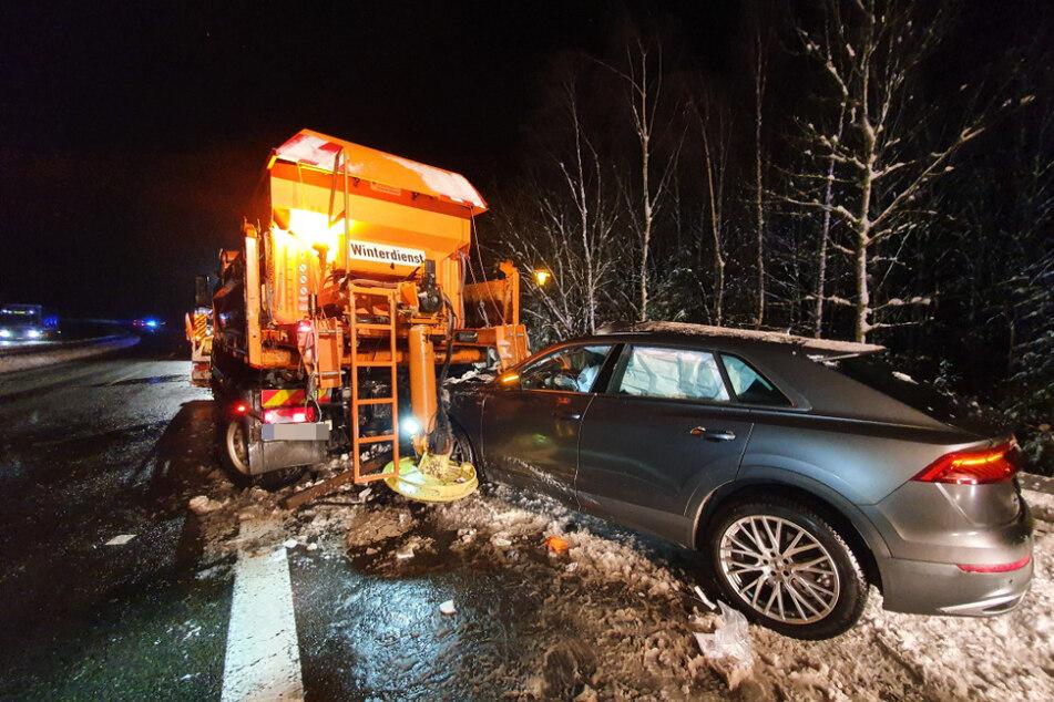 Der Audi krachte an einer Bushaltestelle von hinten in ein Fahrzeug des Winterdienstes.