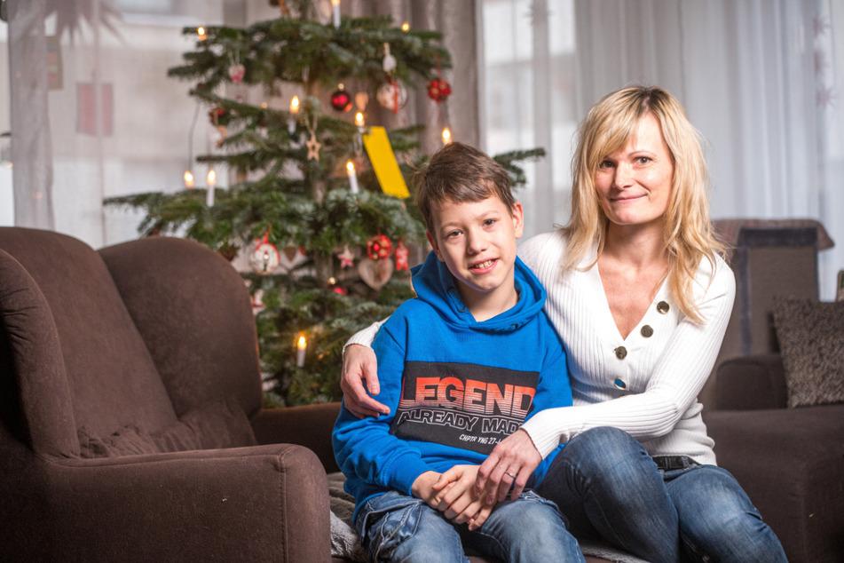 Wieder daheim: Mattheo Vogel (10) mit seiner Mama Carla (42) in der Dresdner Wohnung.