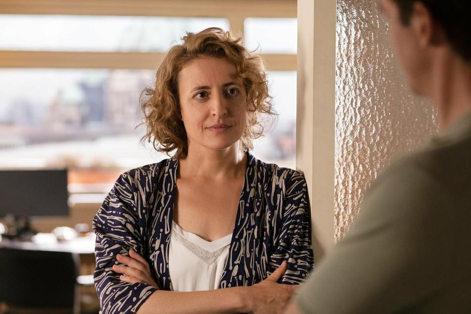 """Maren Eggert (47) in einer Szene aus """"Ich bin dein Mensch"""" (I'm Your Man) von Regisseurin Maria Schrader."""