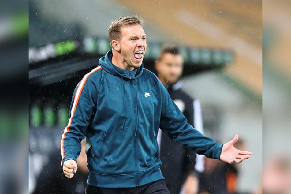 """Es sieht nicht so aus, aber Leipzigs Trainer Julian Nagelsmann (33) sieht die Niederlage in Mönchengladbach nicht als """"weltbewegend"""" an."""