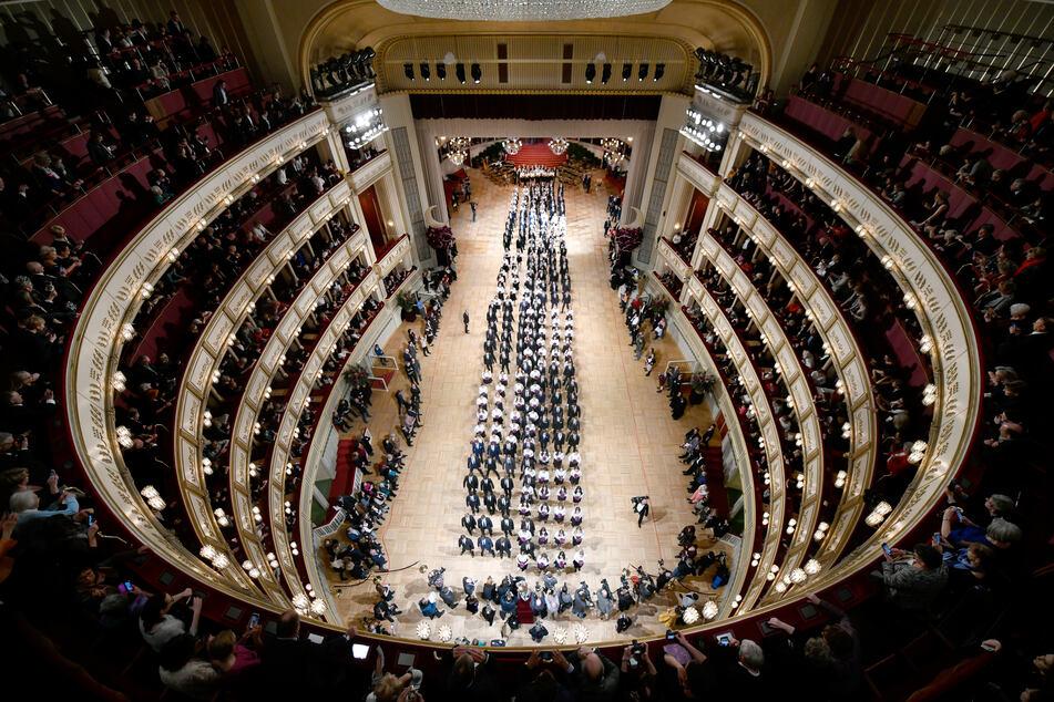 Debütantenpaare befinden sich in der Wiener Staatsoper während der Generalprobe für den Opernball im Februar 2020.
