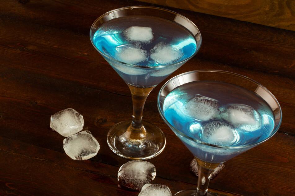 Blue Curaçao wird gern als Longdrink serviert.