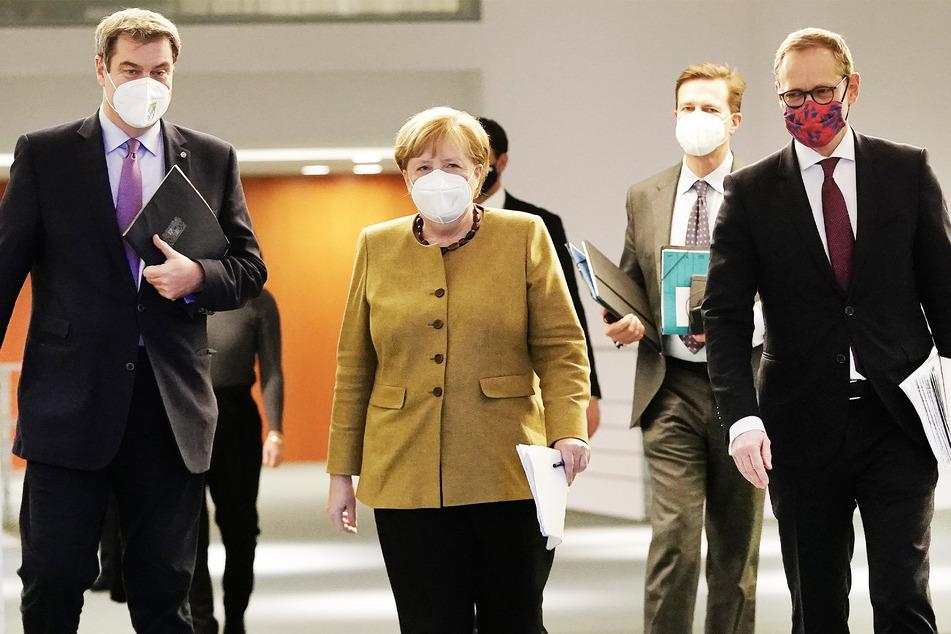 Bundeskanzlerin Angela Merkel (66, CDU) berät sich am heutigen Montag unter anderem mit Bayerns Ministerpräsident Markus Söder (54, CSU, l.) sowie Michael Müller (56, SPD, r.), dem regierenden Bürgermeister von Berlin.