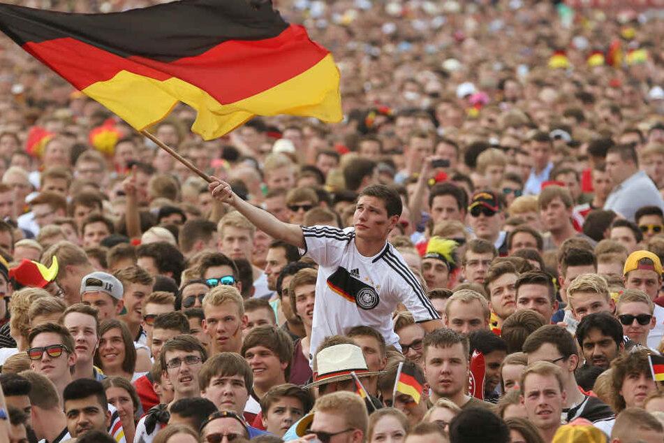 Fans beim Public Viewing in Hamburg im letzten Jahr. (Archivbild.)