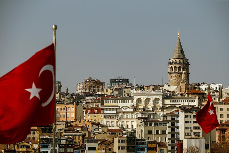Istanbul: Zwei Flaggen wehen vor der Kulisse des Galataturms.