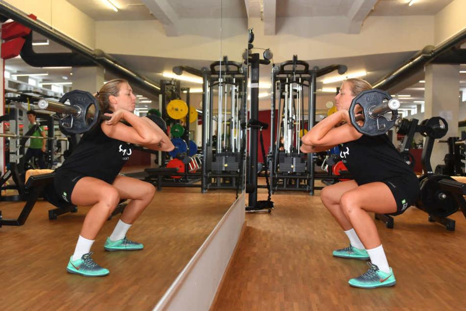 Kraftübung vorm Spiegel: Die Hantel gehört seit dieser Saison zum Athletiktraining von Katharina Schwabe.