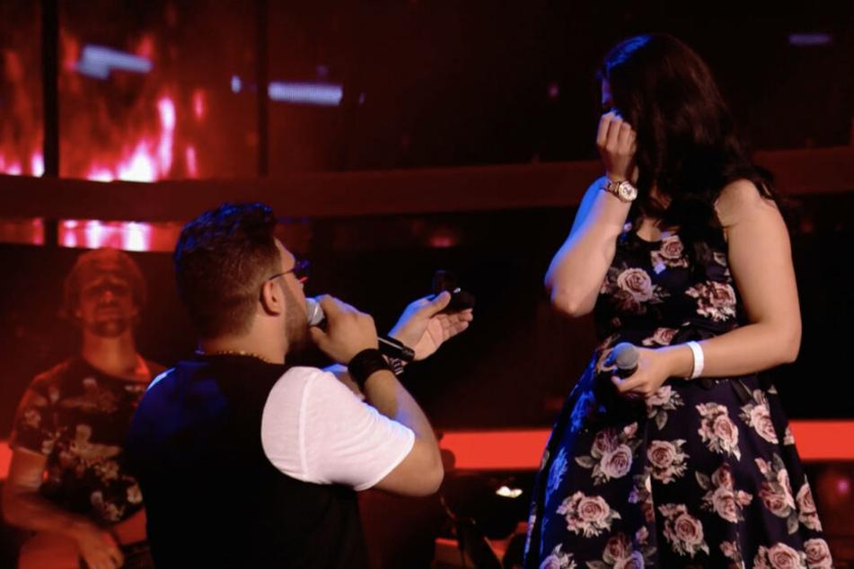 Domenico macht nach seinem Auftritt seiner Verena auf der Bühne einen Heiratsantrag.