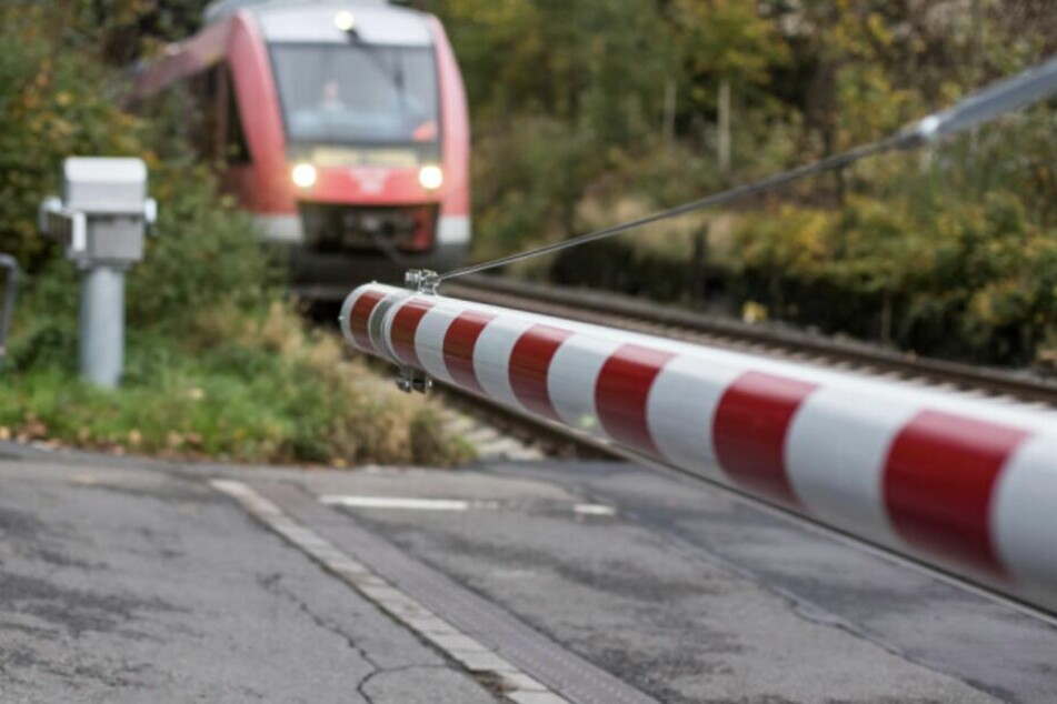 Trotz der geschlossenen Schranke wollte der junge Mann die Gleise überqueren.