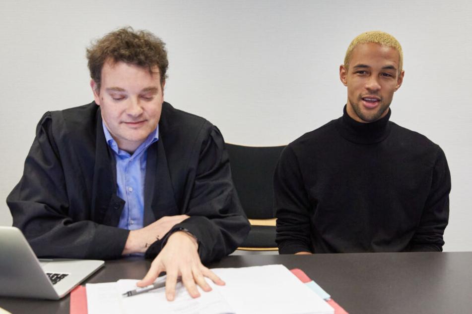 Der angeklagte Youtuber Simon Desue sitzt neben seinem Rechtsanwalt Arne Timmermann im Amtsgericht St. Georg.
