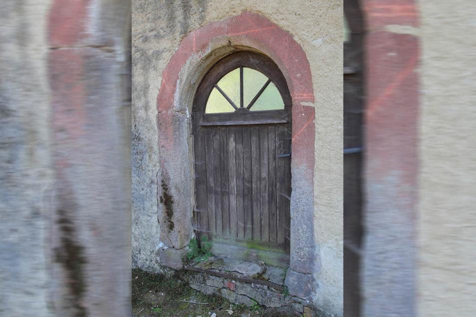 Das Eingangstor ist noch original: Hinter dieser Tür wurde ein Mann vor 200 Jahren grausam ermordet.