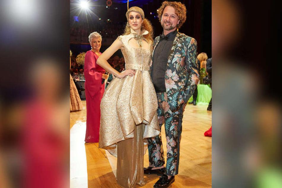 """Gewann mit seinem goldenen Kleid den """"L.O.B. Fashion Award"""": Der Leipziger Modeschöpfer Denny Rauner (39). Seine moderne Trachten-Kreation griff das Ballmotto """"La Dolce Vita in Südtirol"""" auf."""