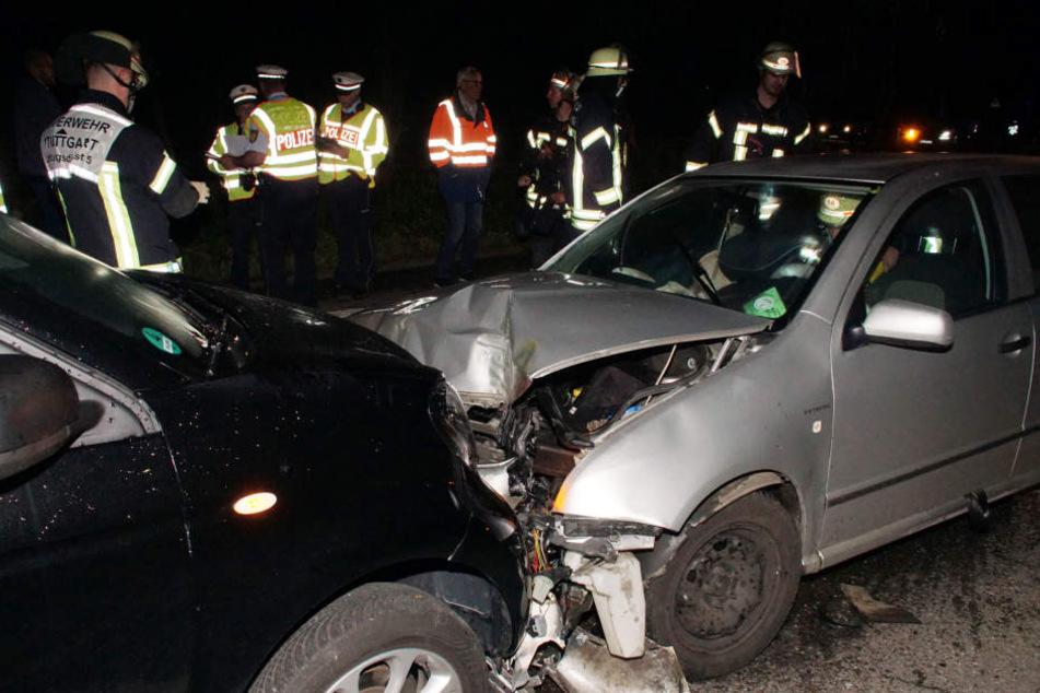 Das Auto kam erst zum Stehen, als es auf der Gegenfahrbahn mit einem weiteren Auto zusammenkrachte.