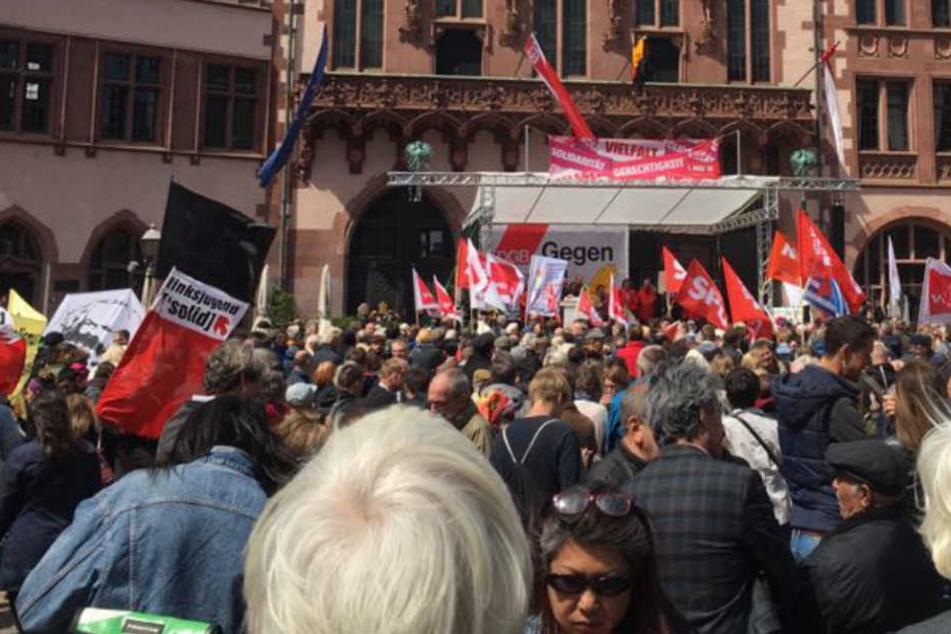 """Auch am Frankfurter """"Römer"""" horchten die Menschen den hiesigen Kundgebungen."""