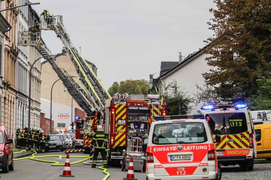 Die Feuerwehr war mehrere Stunden mit den Folgen des Feuers beschäftigt.