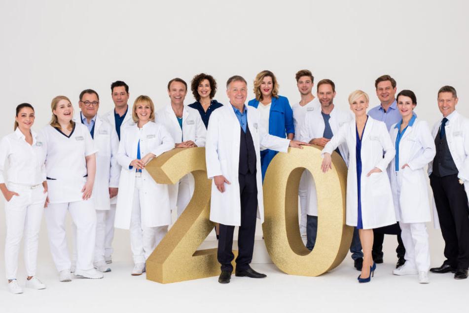 """20 Jahre """"In aller Freundschaft"""" - am 26.10.2018 feiert die erfolgreichste deutsche Krankenhaus-Serie ihr 20-jähriges TV-Jubiläum. Grund zum Feiern für das Team von der Sachsenklinik."""