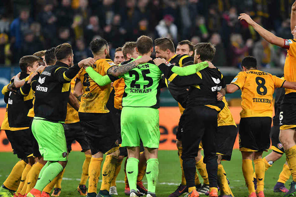 Hüpfen vor den Fans! So feierten die Dynamo-Spieler ihren späten Sieg.