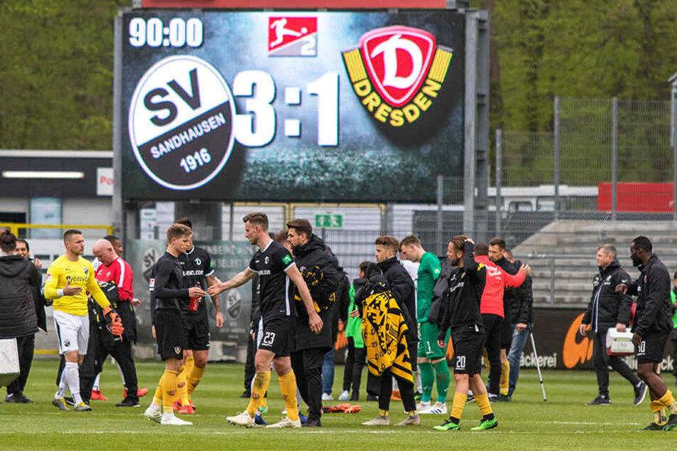 Dick und fett stand es über den Köpfen geschrieben: Dynamo Dresden verlor in Sandhausen mit 1:3. Mit gesenkten Köpfen schlichen die Spieler bedient vom Platz.