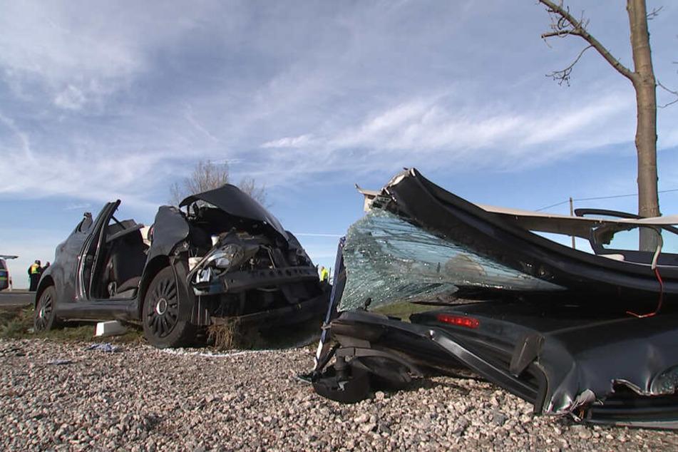 Den Toyota hat es bei dem Crash heftig erwischt.