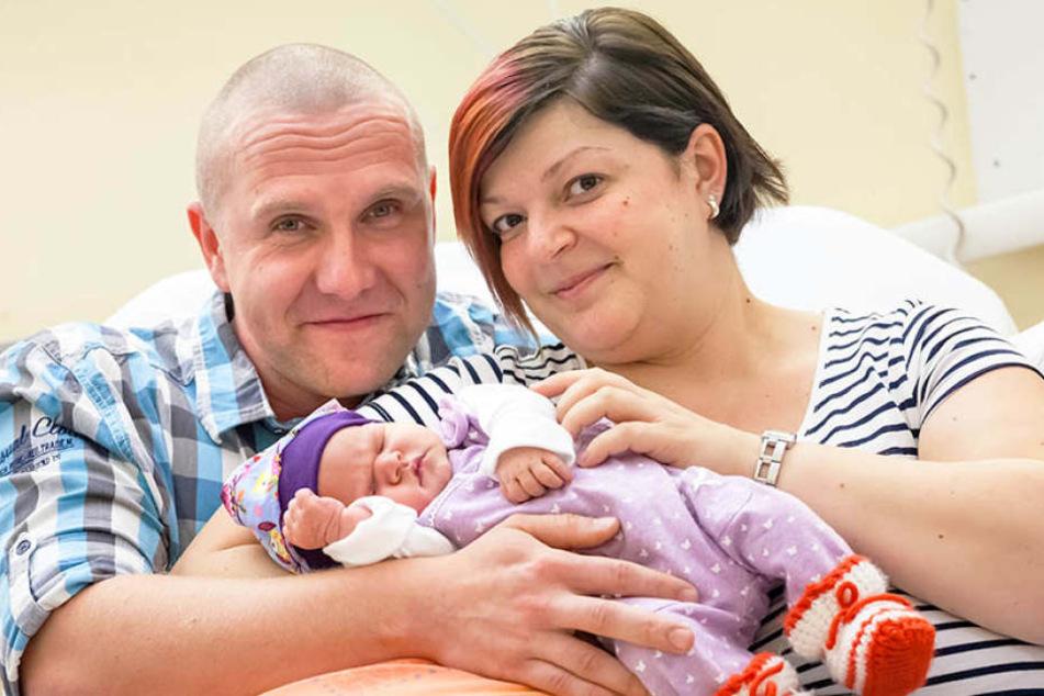 Stolze Eltern: Papa Eric (31) mit Mama Katja (31) und der kleinen Lynn.
