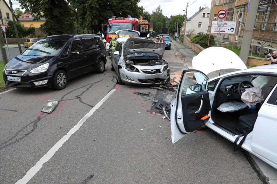Beide Unfallautos erlitten einen Totalschaden.