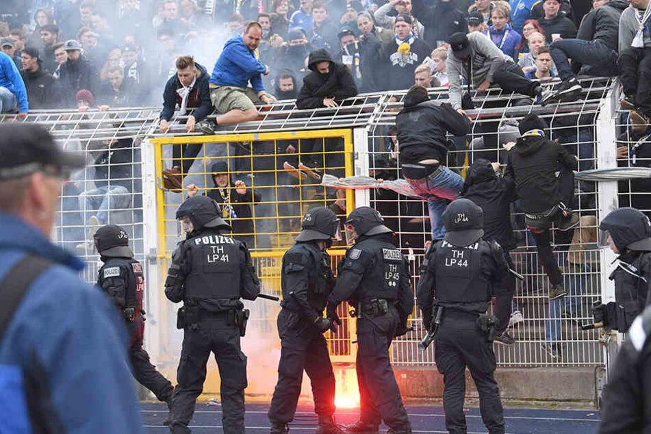 Die Polizei musste vor den Fanblöcken aufmarschieren und für Ordnung sorgen.