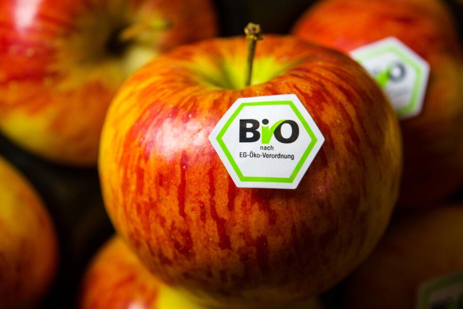 Äpfel mit Bio-Siegel liegen an einem Stand auf der Biofach-Messe in Nürnberg.
