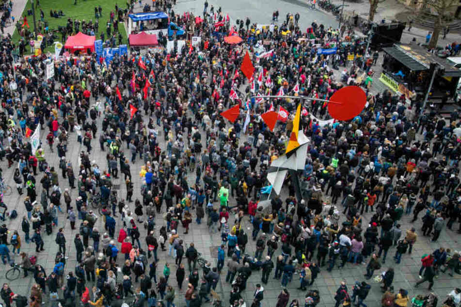 Demonstrierende auf dem Schlossplatz in Stuttgart.