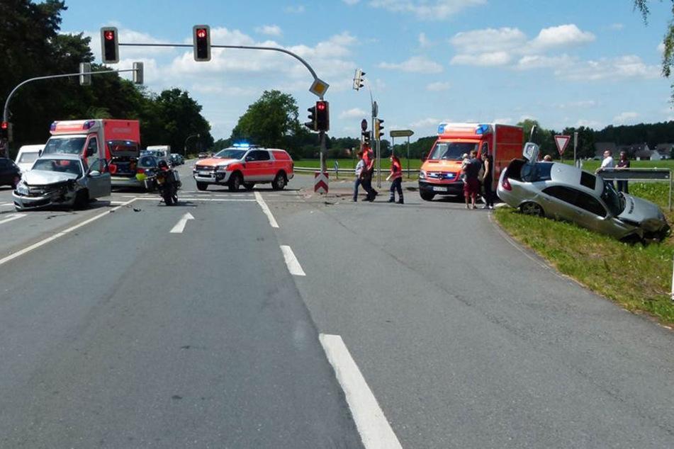 Drei Schwerverletzte: Rentner fährt über Rot und kracht in Opel