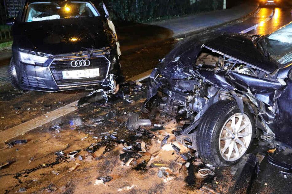 Grundstraße nach üblem Unfall gesperrt! Totalschaden an zwei Fahrzeugen
