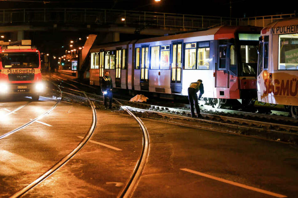 Polizeibeamte sichern Spuren, nachdem ein kostümierter Mann von einer Straßenbahn erfasst und getötet wurde.