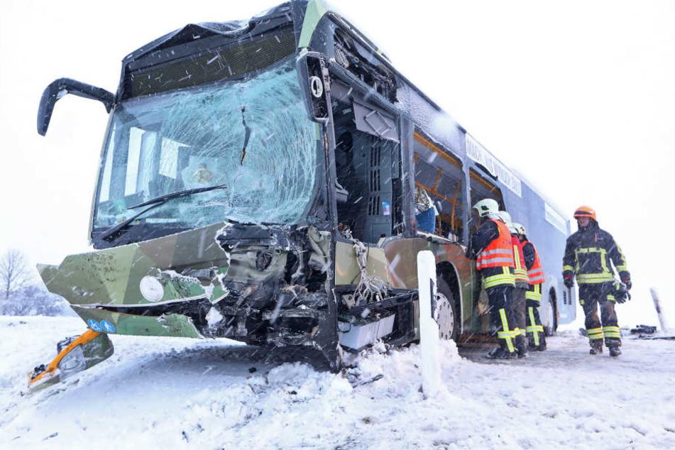 Ein Bus krachte mit einem Lkw zusammen.