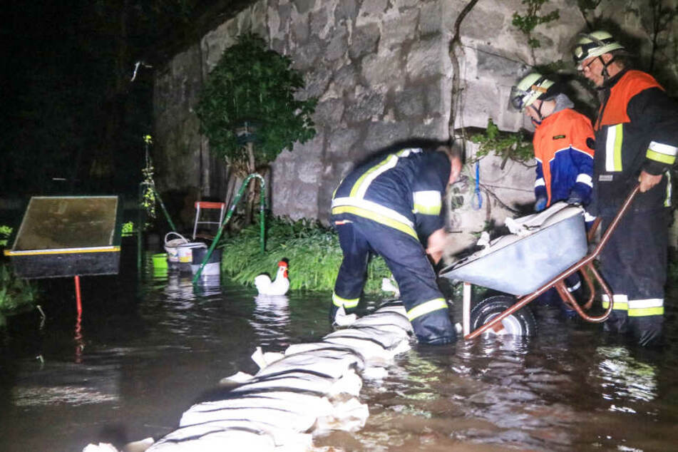 In Bayern mussten Helfer in der Nacht auf Mittwoch gegen Wassermassen kämpfen.