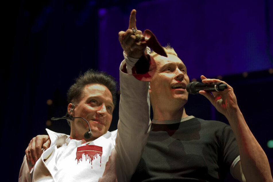 """Bela B. (l) und Farin Urlaub von der Punkrock-Band """"Die Ärzte"""" singen. (Archivbild)"""