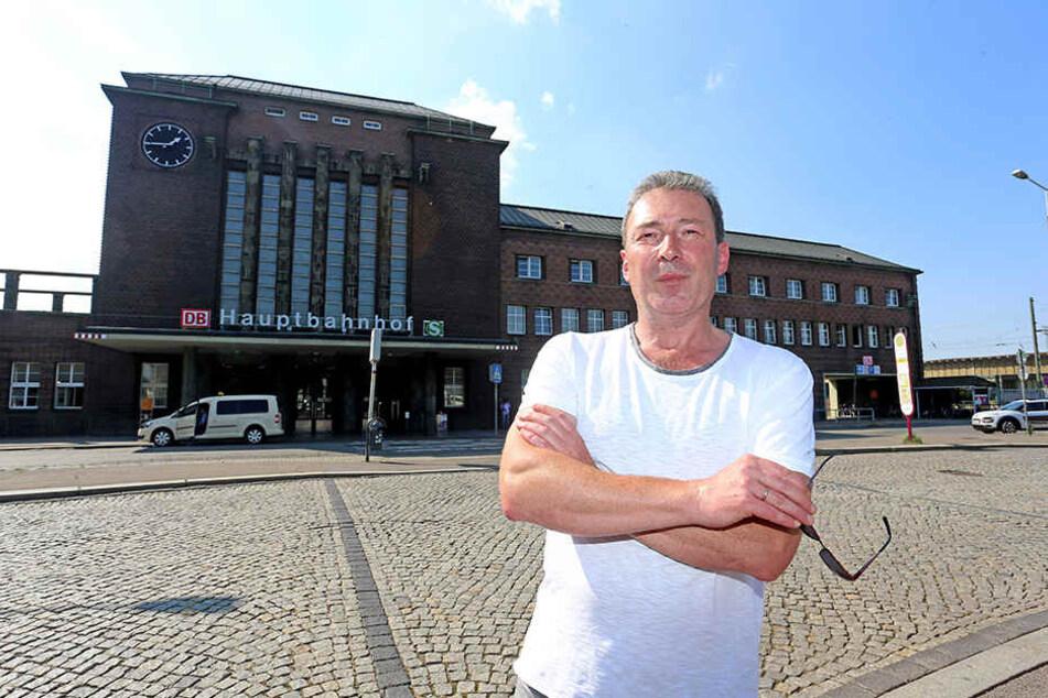 Jens Heinzig (54), Chef der SPD-Fraktion im Stadtrat vor dem Bahnhofsgebäude. Er will künftig eine durchgehende Tramlinie.