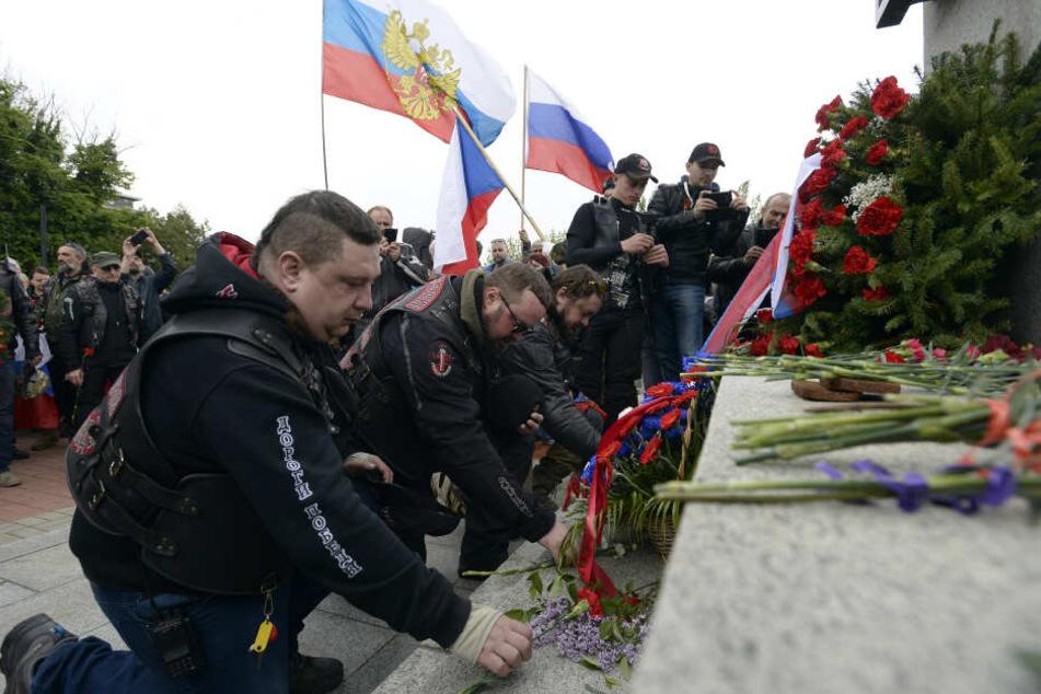 Zum Gedenken legte die Biker Blumen und Kränze nieder.