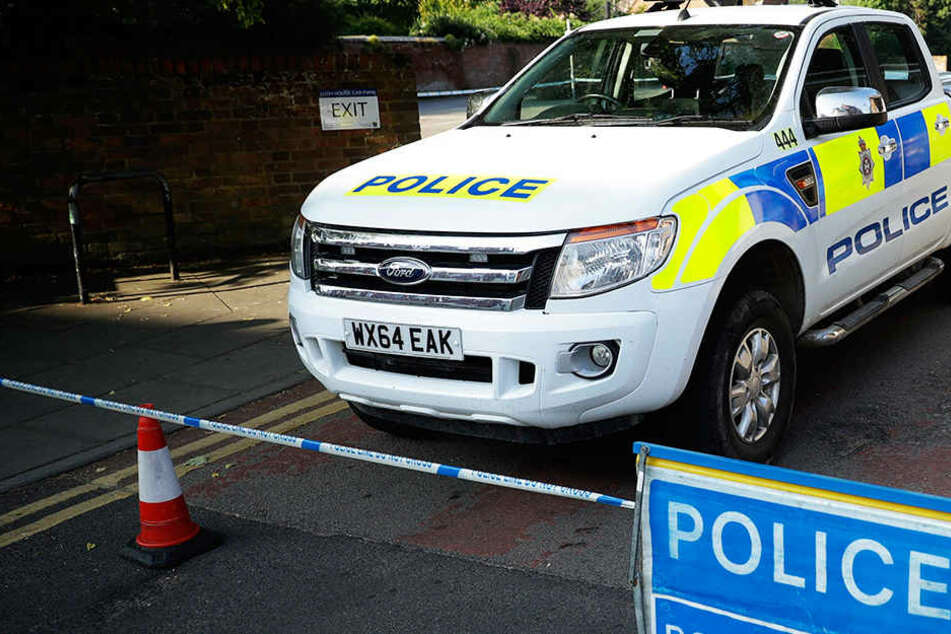 Ein Polizeiauto der steht auf einer abgesperrten Straße. Wie Scotland Yard mitteilte, wurden in einer Wohnung in London Bomben gefunden. (Symbolbild)