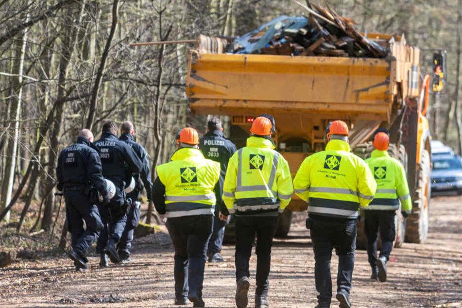 Die Polizei muss RWE-Mitarbeiter vor Besetzern im Hambacher Forst schützen.