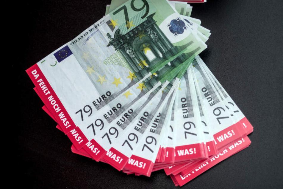 Falsche 79-Euro-Noten, die das Minus von Löhnen bei Frauen im Vergleich zu einer 100-Euro-Bezahlung von Männern symbolisieren sollen.