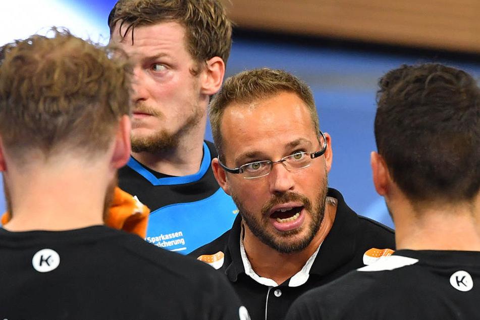 Elbflorenz-Trainer Christian Pöhler redet in einer Auszeit auf seine Männer ein. Viel musste er nicht bemängeln.