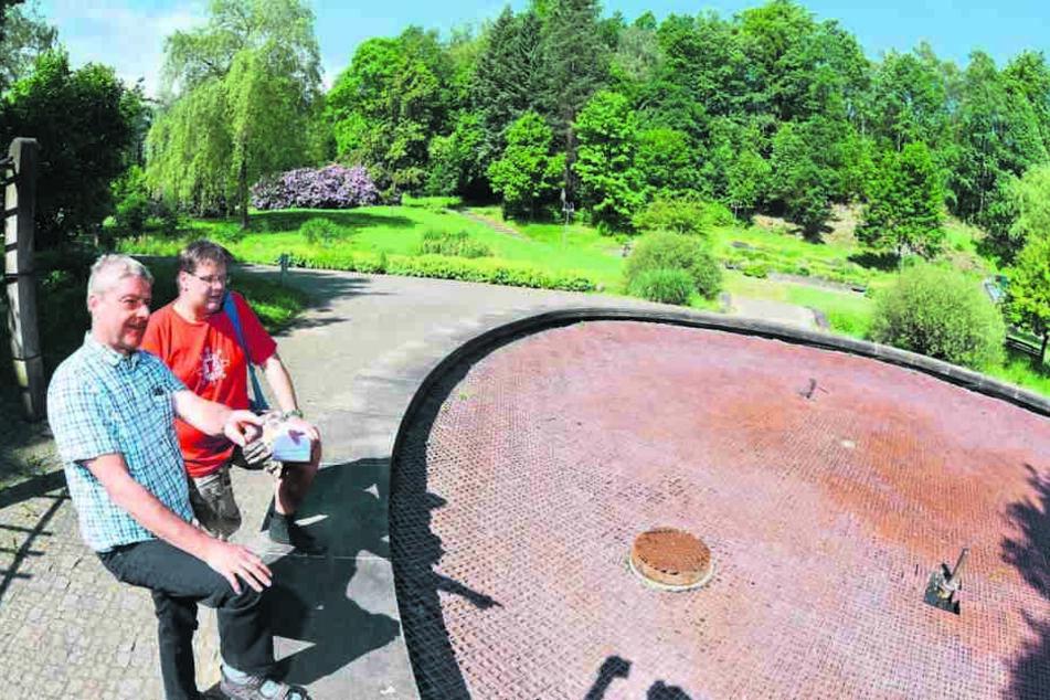 Akuter Wassermangel: Der Jonsdorfer Bauamtsleiter Reinhard Vogt (vorn)  inspizierte den ausgetrockneten Brunnen.