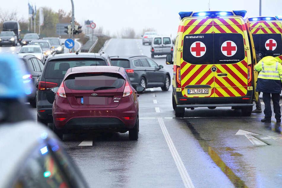 Rettungskräfte eilten zur Unfallstelle herbei.