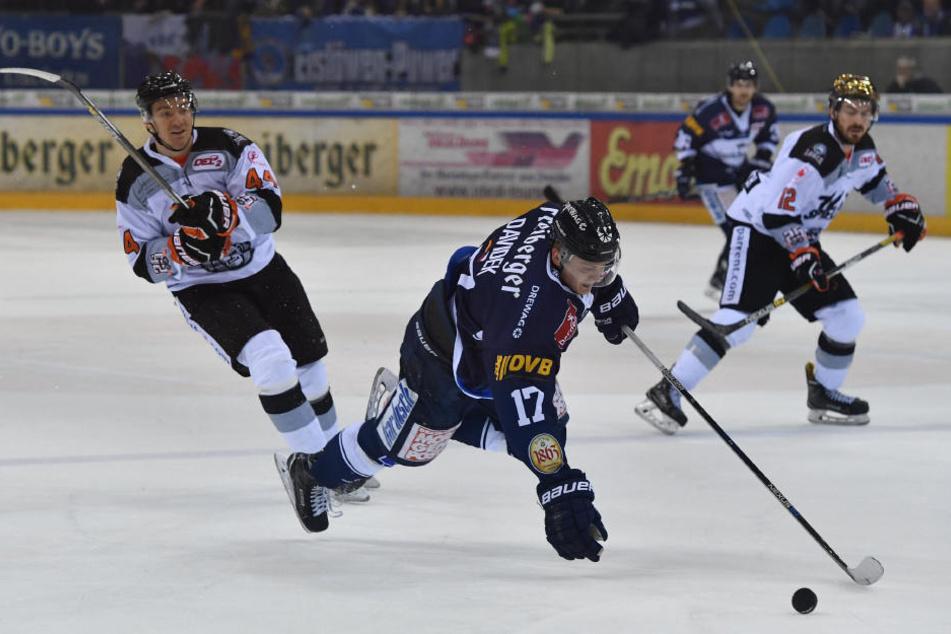Martin Davidek (#17, Dresden) wird gefoult und verwandelt den Penalty zum 4:1.
